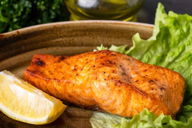 Filet de saumon grillé citron sur une plaque. fermer