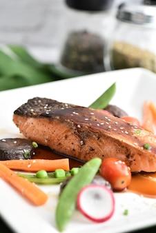 Filet de saumon grillé glacé dans une délicieuse sauce teriyaki (base de sauce soja).