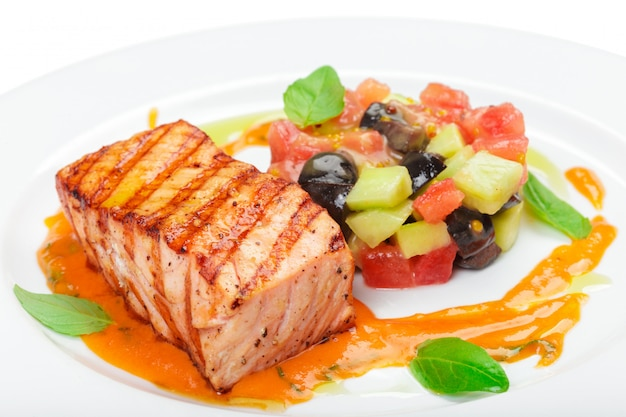 Filet de saumon grillé isolé sur blanc.