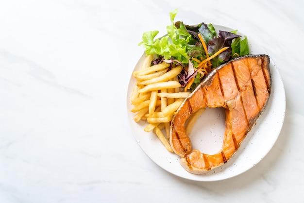 Filet de saumon grillé avec légumes et frites