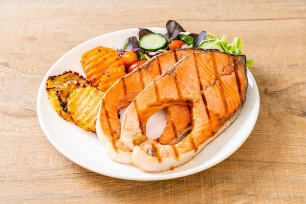 Filet de saumon grillé avec des légumes