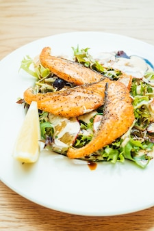 Filet de saumon grillé avec salade de légumes