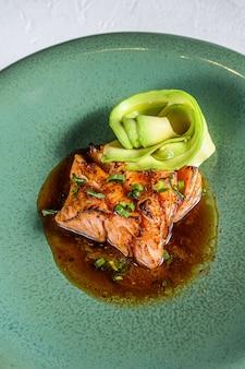 Filet de saumon japonais glacé à la sauce teriyaki à l'avocat.