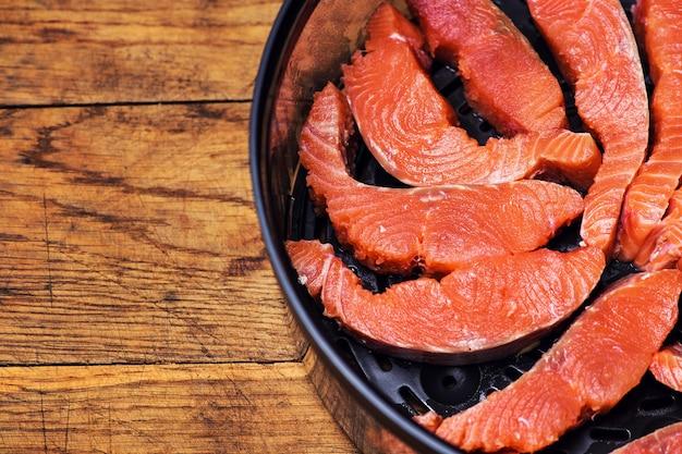 Filet de saumon sur un plateau noir