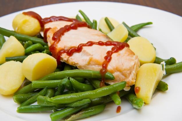 Filet de saumon avec pommes de terre et haricots verts