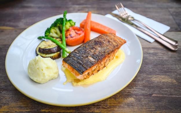 Filet de saumon à la sauce hollandaise sur plaque blanche