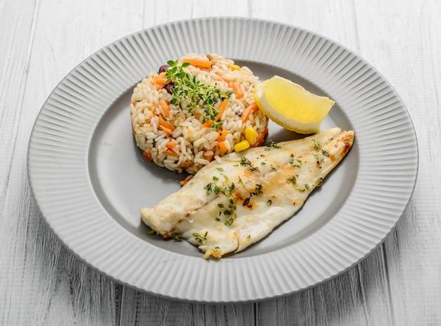 Filet de silure avec sauce aux prunes, riz à la jasimine et légumes.