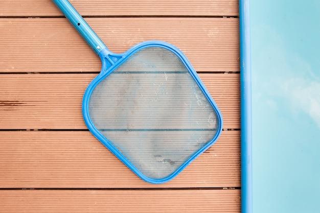 Filet de tamis à main pour la saleté disrt au bord de la piscine