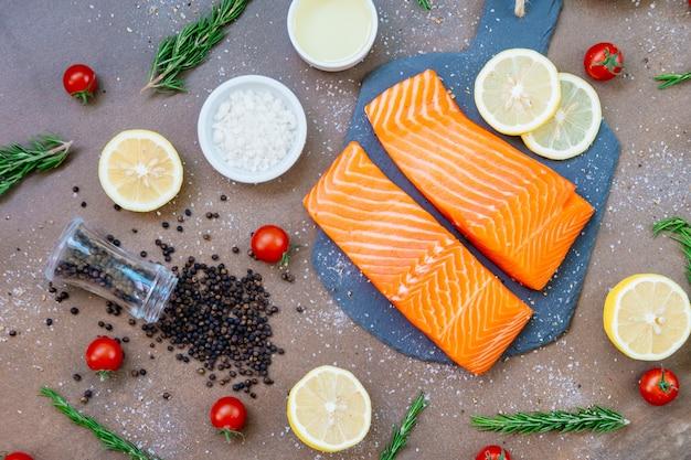 Filet de viande de saumon cru et frais sur ardoise noire