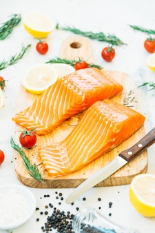 Filet de viande de saumon cru et frais sur une planche à découper en bois