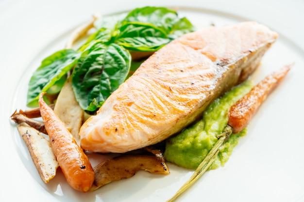 Filet de viande de saumon grillé