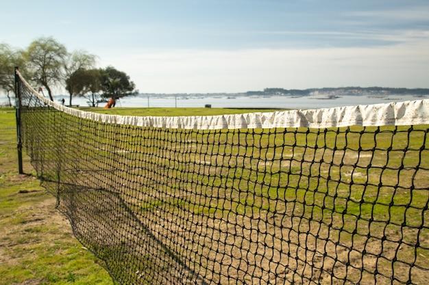 Filet de volleyball de plage âgé avec mer