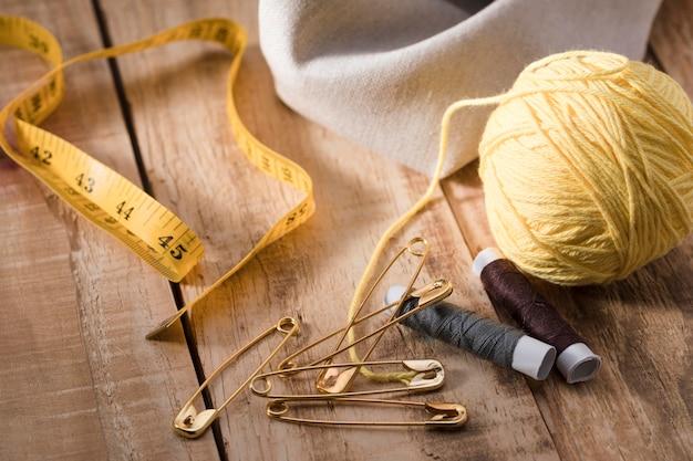Filetage élevé avec épingles de sûreté et ruban à mesurer