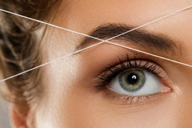Filetage des sourcils - procédure d'épilation pour la correction de la forme des sourcils