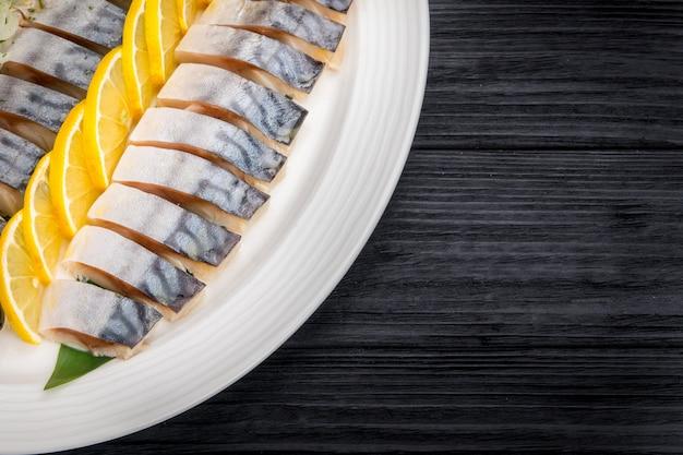 Filets de hareng avec des tranches d'oignon et de citron