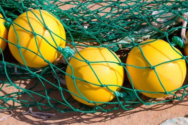 Filets de pêche avec bouée jaune