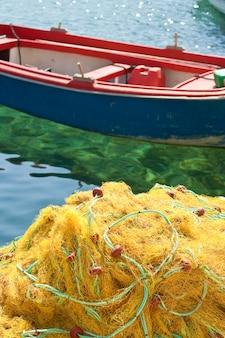 Filets de pêche jaunes