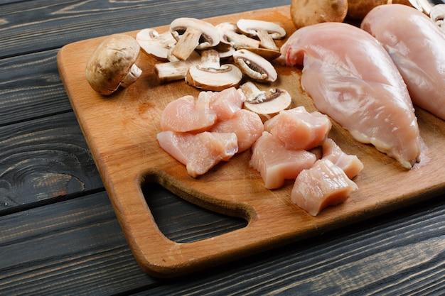 Filets de poulet cru sur une planche à découper en bois, vue de dessus