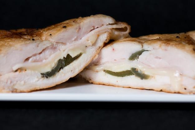 Filets de poulet fourrés aux piments jalapeño et fromage crémeux