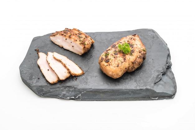 Filets de poulet grillé sur assiette en ardoise