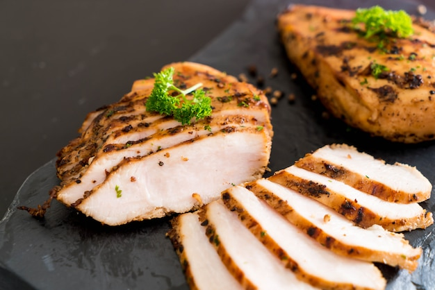 Filets de poulet grillés