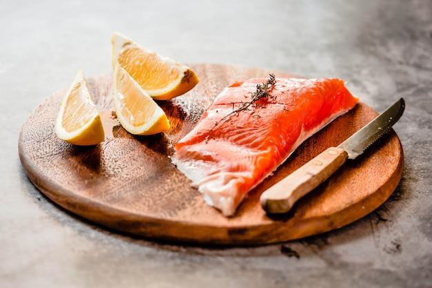 Filets de saumon crus, aneth, citron et romarin.