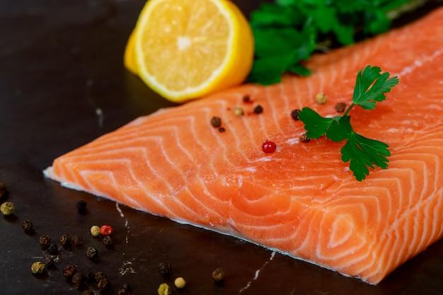 Filets de saumon crus poivre, aneth, citron et aneth