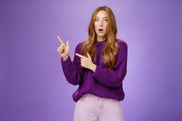 Une fille abasourdie demande à une amie si elle l'a vu tomber de la mâchoire de stupeur et de stupeur et d'étonnement qui saute des yeux à la caméra après avoir été témoin d'une révélation choquante pointée interrogée dans le coin supérieur gauche sur un mur violet.