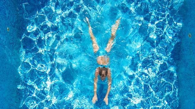 Fille active dans la vue de dessus de drone aérien de piscine