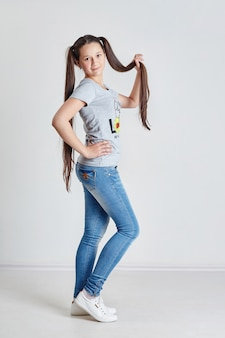 Fille adolescente aux cheveux longs. actif joyeux