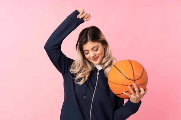 Fille adolescente avec ballon de basket
