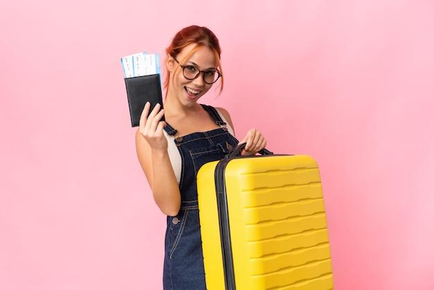 Fille adolescente isolée en vacances avec valise et passeport