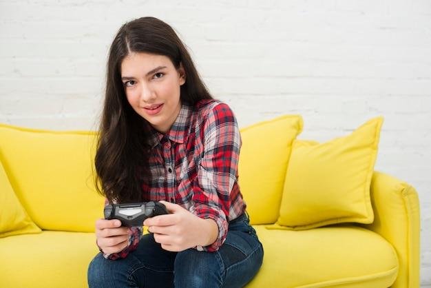 Fille adolescente jouant à des jeux vidéo