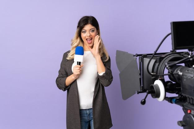 Fille adolescente journaliste tenant un microphone et signalant des nouvelles