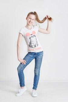 Fille adolescente avec une longue tresse posant