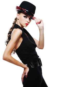 Fille adulte élégante glamour de luxe en robe noire avec un chapeau noir élégant