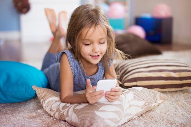 Fille affectée par un téléphone intelligent