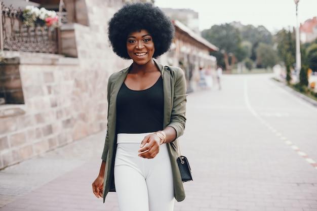 Fille africaine dans une ville d'été
