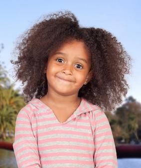 Fille afro-américaine aux cheveux afro