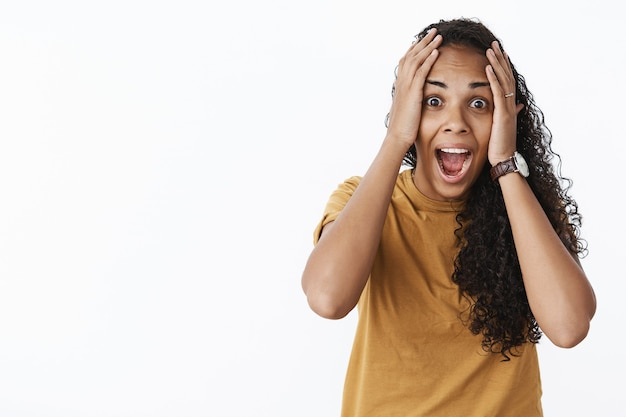 Fille afro-américaine expressive en tshirt marron