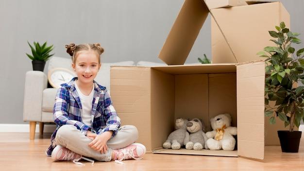 Fille aidant à emballer les boîtes