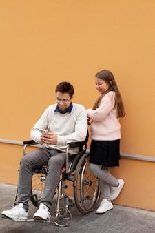 Fille aidant un homme handicapé