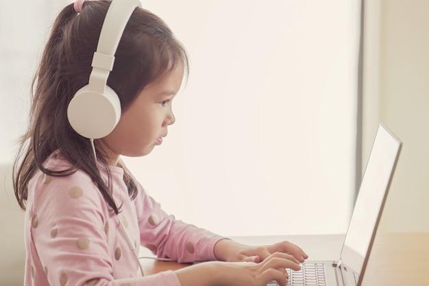 Fille à l'aide de cours en ligne dans l'application de réunion