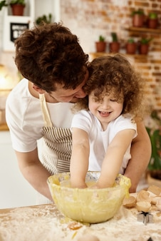 Fille aide papa dans la cuisine