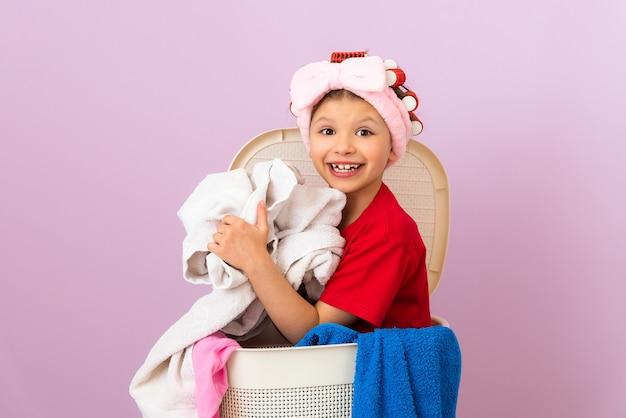 La fille aime nettoyer la maison. nettoyage de la maison. service de blanchisserie sèche les vêtements.
