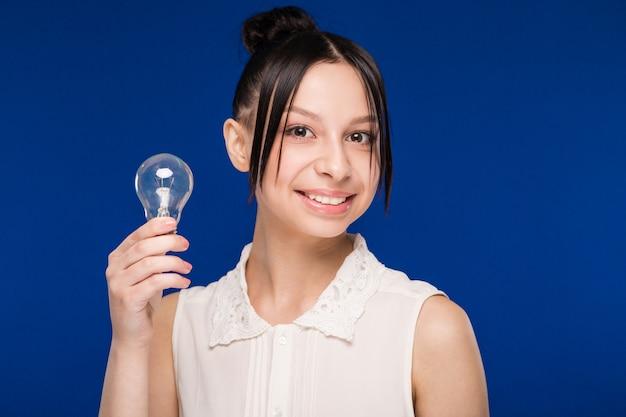 Fille avec une ampoule