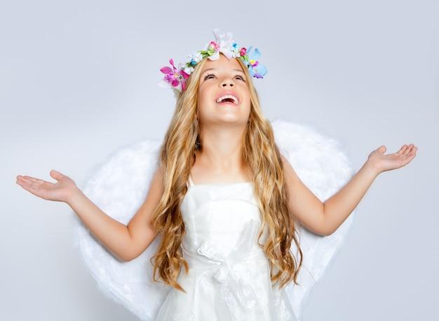 Fille d'ange enfants levant le ciel avec les mains ouvertes