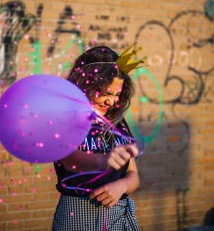 Fille d'anniversaire avec des ballons