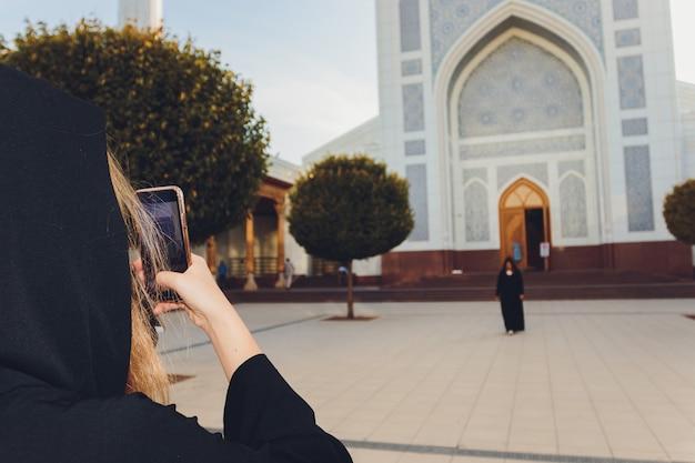 Une fille avec un appareil photo a photographié une autre fille tombant dans la rue.