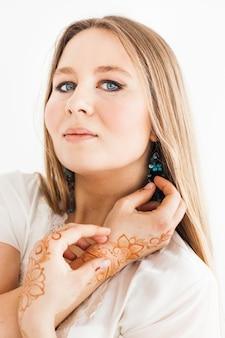 Fille d'apparence européenne, dessin au henné sur les mains, mahendi, fille en vêtements légers